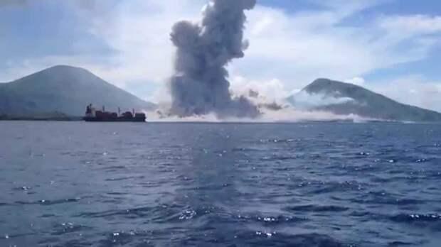 Туристы стали свидетелями извержения вулкана в Папуа-Новой Гвинее