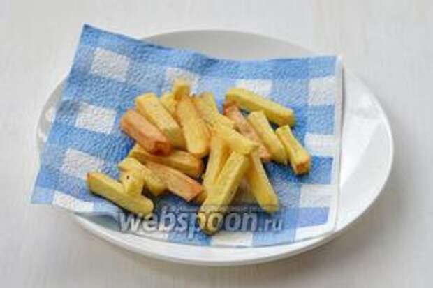 Вытянуть картофель с помощью специальной ложки с отверстиями для стекания масла. Выложить картофель на бумажное полотенце для того, чтобы избавиться от лишнего жира.