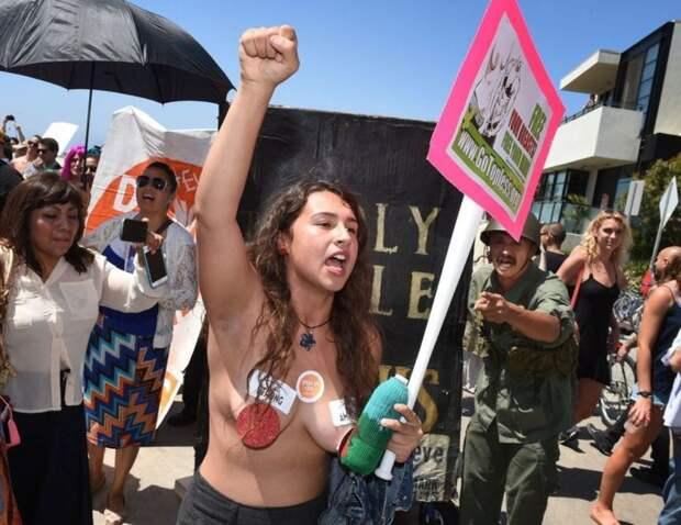 10. Тем не менее, один из сенаторов выступил с инициативой запретить как женщинам, так и мужчинам появляться топлес в общественных местах (за исключением пляжей).