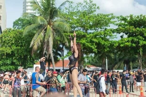 Это вторая промо-модель бикини забега. Грудь у нее ууух