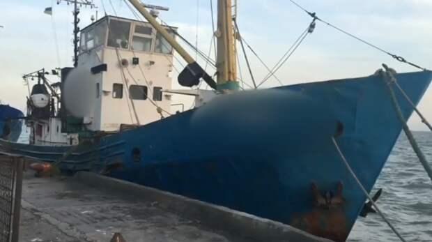 Штраф и конфискация: российские пограничники задержали украинское судно с браконьерами