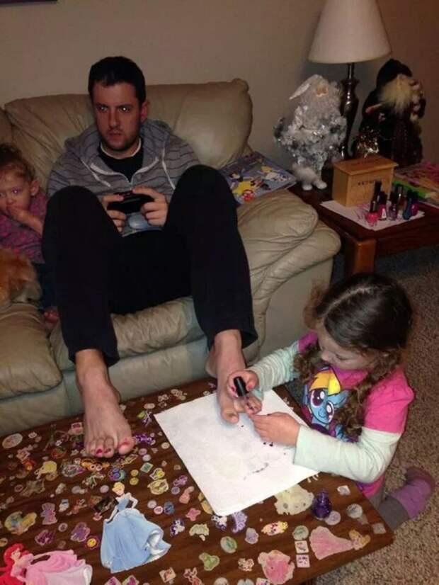 5. Развлекайся как хочешь, доченька, только не отвлекай. Папа очень занят. дети, отец, позитив, юмор
