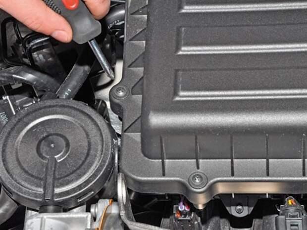 Замена сменного элемента воздушного фильтра в двигателе Volkswagen Polo седана