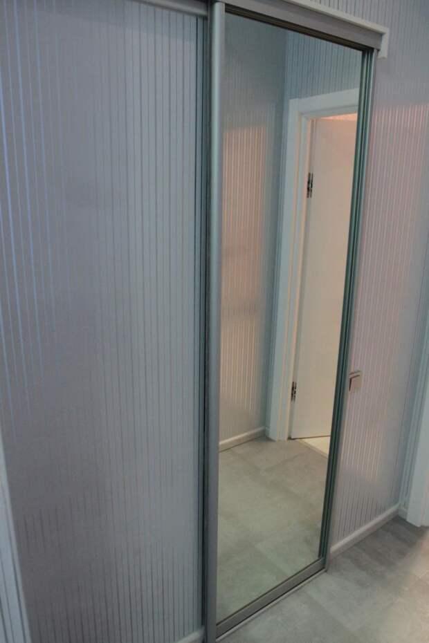 Зеркальная дверь, гардеробная в квартире, раздвижные двери