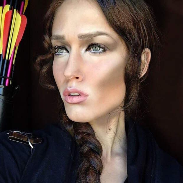 Визажист с помощью макияжа превращает себя в известных личностей
