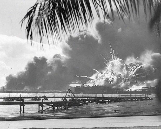 Другой образ USS Шоу взрыва.