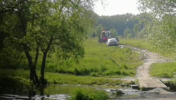 Машина застряла в поле в микрорайоне Подольска