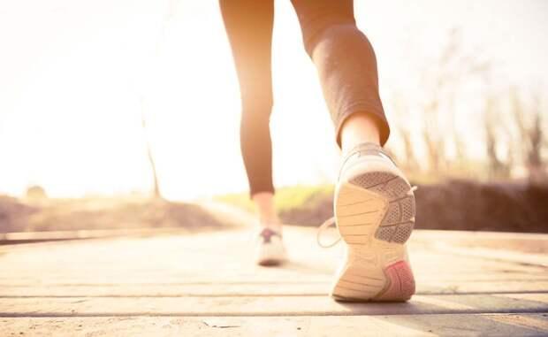 Умеренной нагрузкой ученые считают не только занятия в спортзале. Оказывается, можно просто посвящать указанное время обычным прогулкам. Судя по результатам исследований, это может стать даже неплохой профилактикой рака.