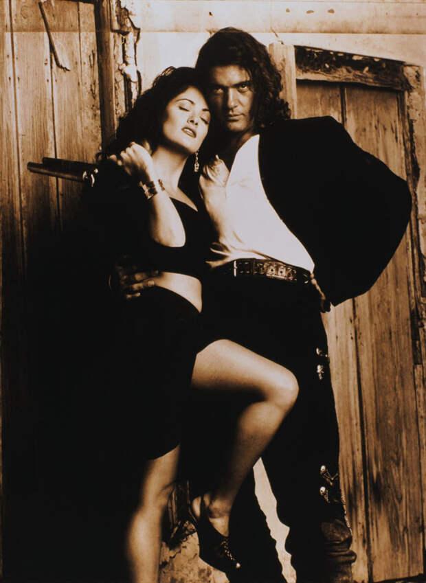 Сальма Хайек (Salma Hayek) и Антонио Бандерас (Antonio Banderas) в фотосессии для фильма «Отчаянный» (Desperado) (1995), фотография 7