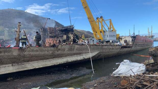 В Севастополе на причале загорелось судно
