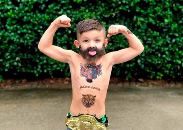 Маленький мальчик переоделся вМакгрегора наХэллоуин