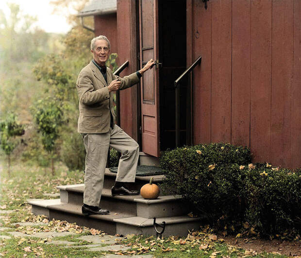 Норман Роквелл входит в студию Стокбридж в Массачусетсе, 1966 год.