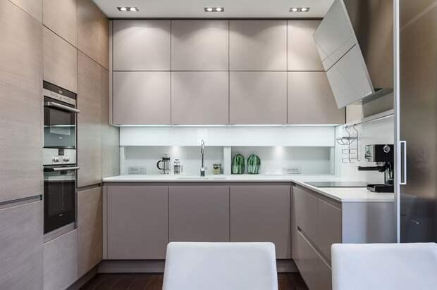 Современный минимализм в оформлении маленькой кухни.