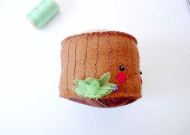 Игольница из фетра - пенек с грибочками (10) (400x285, 70Kb)