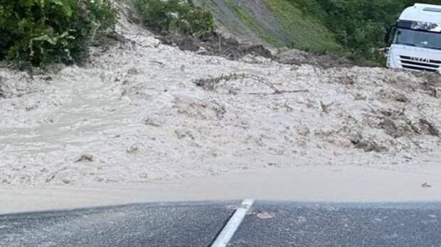 Селевой поток сошел на участок федеральной трассы в Кабардино-Балкарии