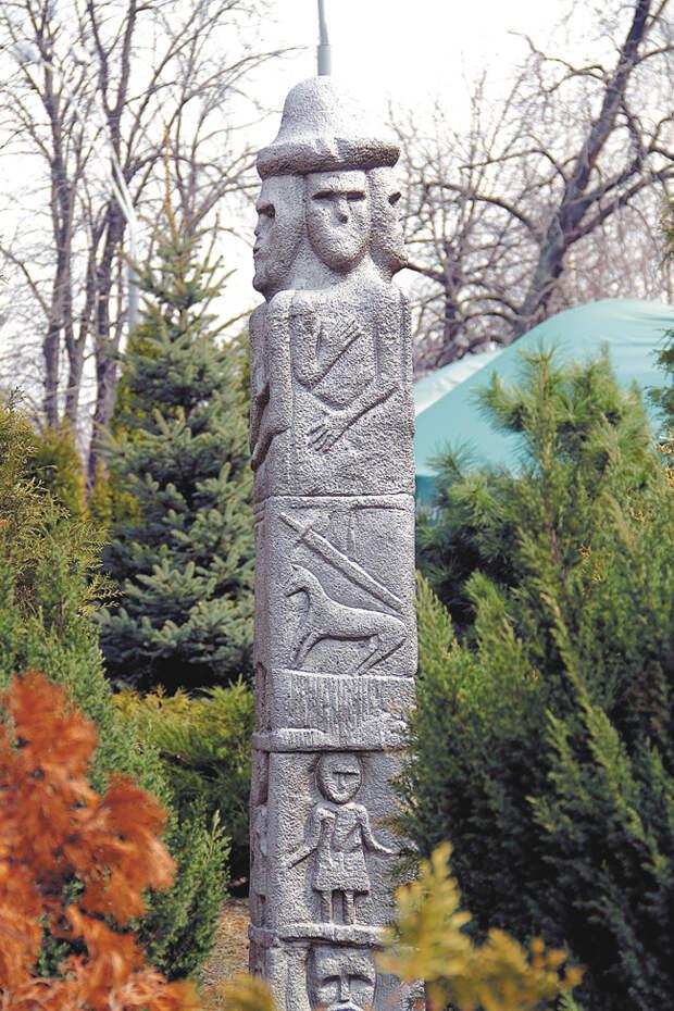 Одна изкопий «Збручского идола»— четырёхгранного каменного столба, найденного в1815году натерритории нынешней тернопольской области Украины