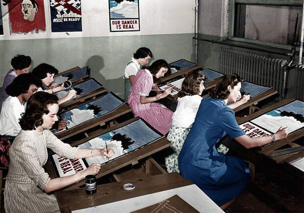 Изготовление агитационных плакатов в период Второй мировой войны, Порт Вашингтон, 1942 год.