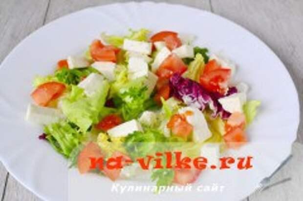 Теплый салат с курицей, помидорами, сыром и карри