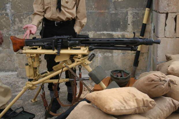 """Знаменитый немецкий пулемет NG42 ставший де факто стандартом для вооружения пехотных частей стран НАТО после войны. А также с него лепили лучеметы для """"Звездных войн"""" Лукаса. Брутальная машинка. MG42, война, история, оружие, реставраторы"""