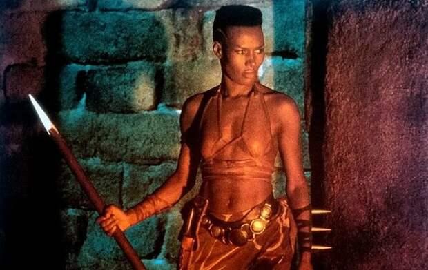 Как сейчас выглядит амазонка, которая прикрывала спину Шварценеггера в фильме Конан?