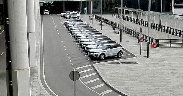 Полтора десятка новеньких Кфтпу Rover Evoque ждали нас на парковке аэропорта Барселоны