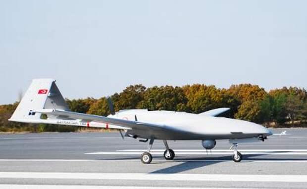 На фото: турецкий ударный оперативно-тактический средневысотный беспилотный летательный аппарат Bayraktar TB2
