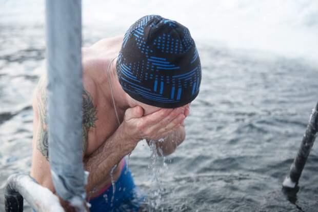 Ученые выяснили, как плавание в холодной воде может влиять на похудение