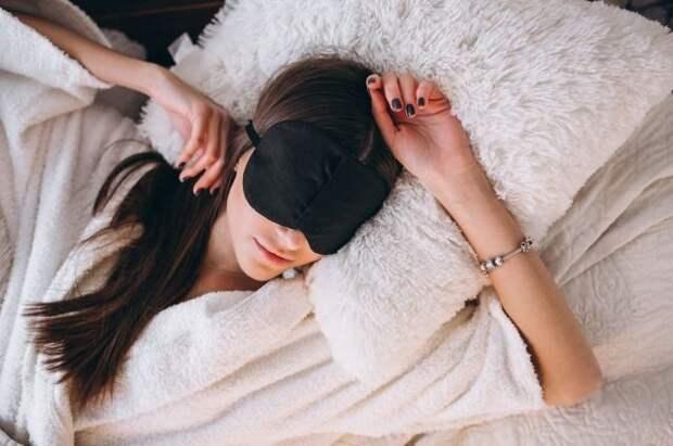 Кардиолог рассказал, опасно ли спать на левом боку