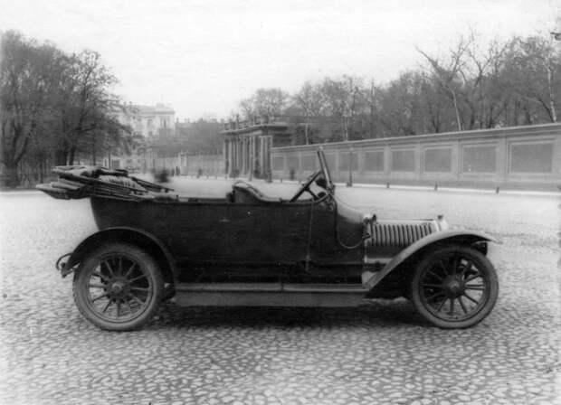 06. Открытый автомобиль, принадлежащий императорской фамилии, около Александринского театра. 1910-1914.
