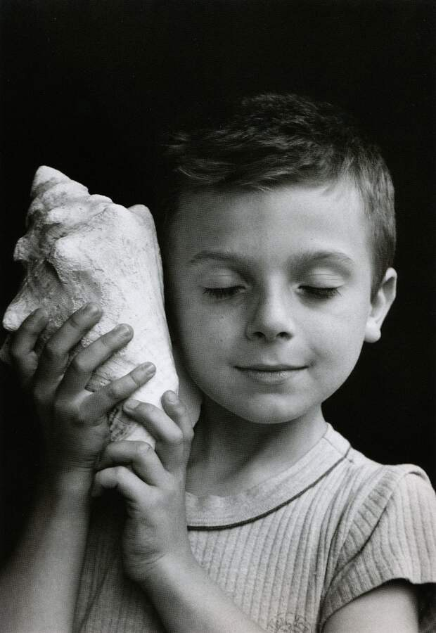 Черно-белые снимки поэта с фотоаппаратом