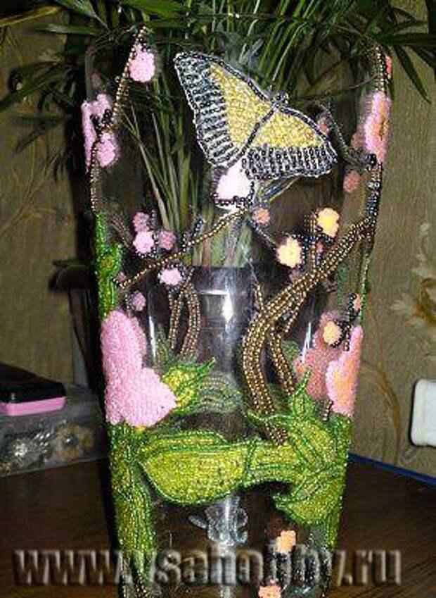 украшенная своими руками ваза с цветами и бабочками из бисера