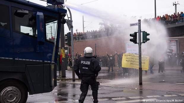 Терпите. Возмущённых немцев, выходящих на протесты против мигрантов разгоняют водомётами