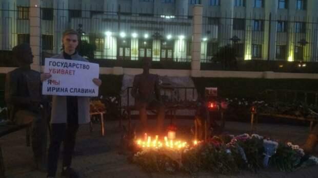 Дочь погибшей журналистки Ирины Славиной вышла на пикет в центре Нижнего Новгорода