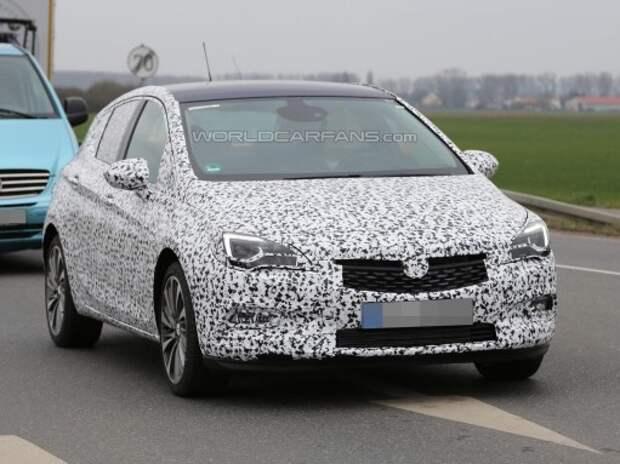 Новый Opel Astra выехал в облегающем «комбинезоне»