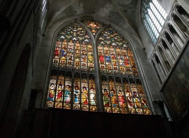 Главный храм города, является одним из немногих зданий в Брюгге, которые дошли до нас под натиском возраста без повреждений.