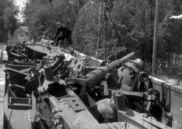 Распиленные на части боевые орудия перед транспортировкой на плавильный завод.  / РГАКФД Арх. N 1-18524