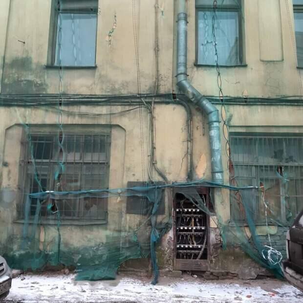 За отреставрированными фасадами тоже часто скрывается настоящая жизнь
