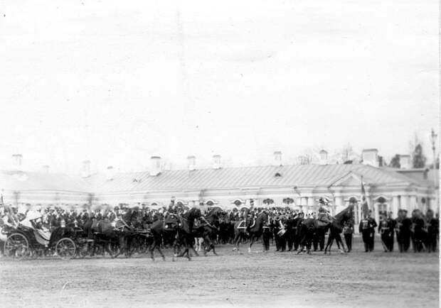 17. Император Николай II, члены императорской фамилии, германский принц Фридрих-Вильгельм и офицеры объезжают выстроившиеся для парада войска