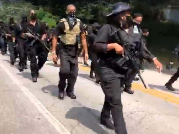 Вооруженные черные расисты прошли поулицам города Стоун-Маунтин