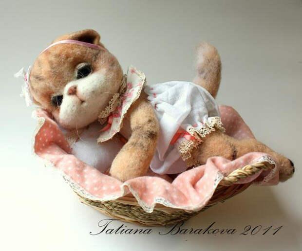 Войлочная кошечка в платье. Фото