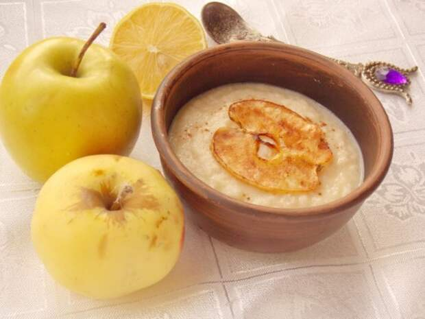 Яблочный суп-десерт подается горячим, с яблочными чипсами