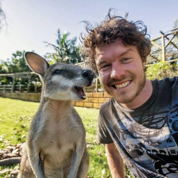 Молодой парень показывает, как нужно делать позитивные селфи с животными