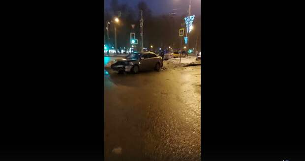 На перекрёстке Аэродромной и бульвара Яна Райниса столкнулись такси и легковушка