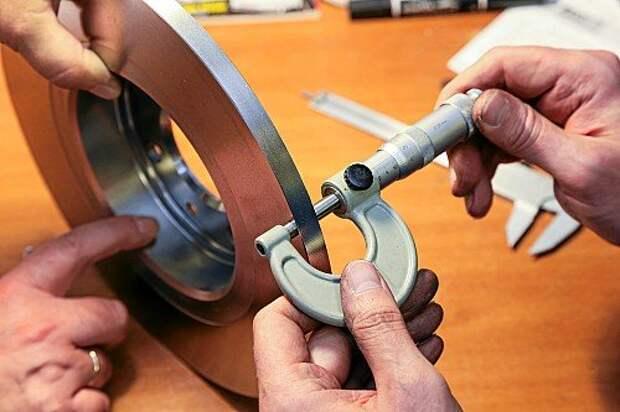Толщина каждого комплекта колодок и дисков измеряется до и после полного цикла испытаний.