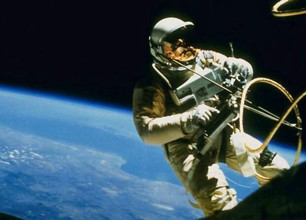 Астронавт показал границу дня и ночи, а люди начали обсуждать, что Земля плоская