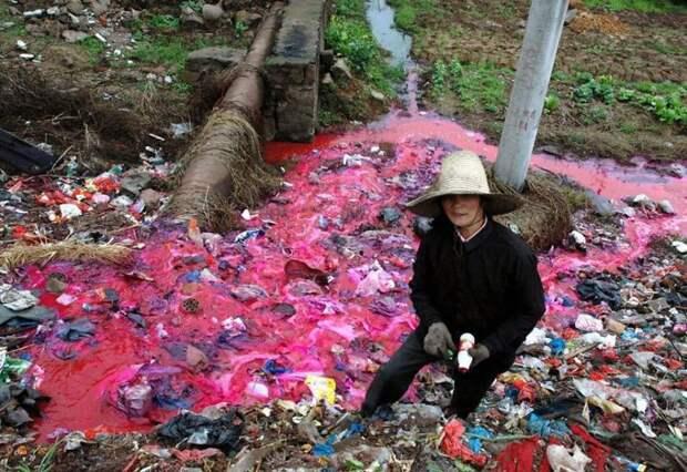 16. Женщина собирает пластиковые бутылки у реки, загрязнённой красным красителем загрязнение, китай, экология
