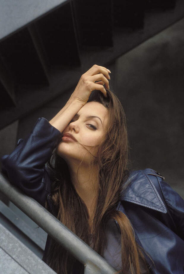 Анджелина Джоли (Angelina Jolie) в фотосессии Мишеля Буркара (Michel Bourquard) (1994), фото 3