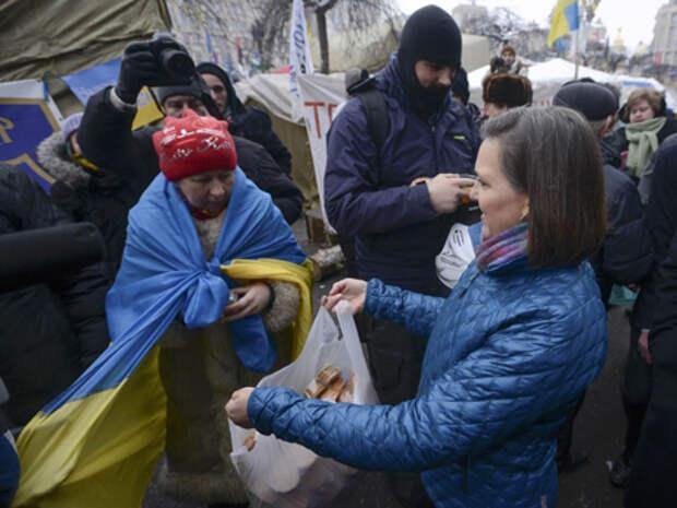 Помощник госсекретаря США Виктория Нуланд раздает пряники на киевском майдане