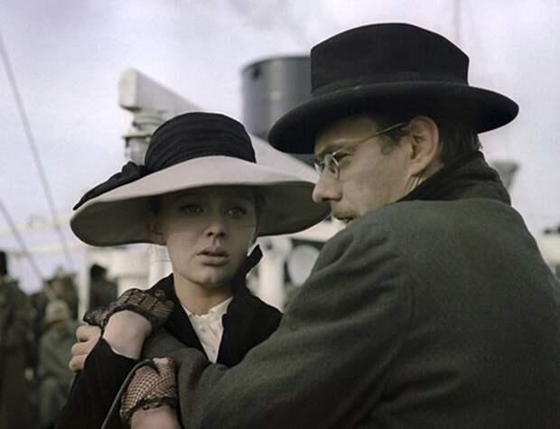 "Люмила Савельева на съёмках фильма ""Бег""."