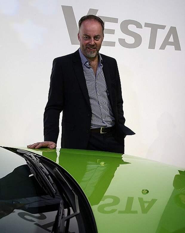 Выдавать свежеиспеченным владельцам Лады Веста автомобили приехал лично шеф-дизайнер АВТОВАЗа Стив Маттин